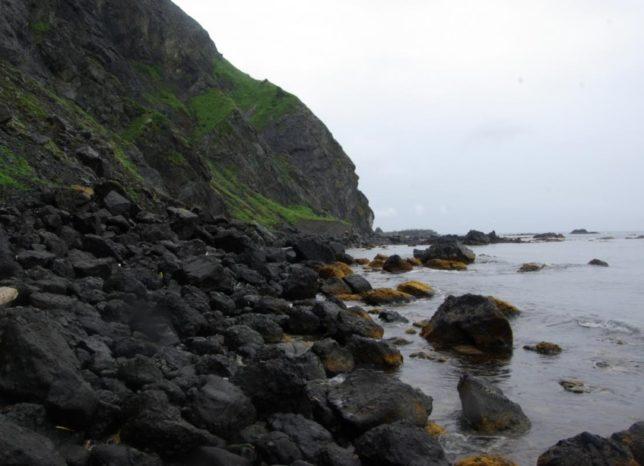 礼文島海沿いの岩だらけのコース