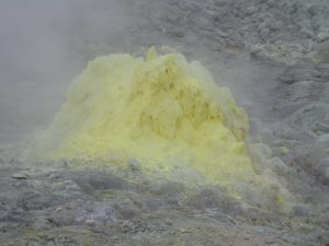 硫黄山噴出孔の硫黄