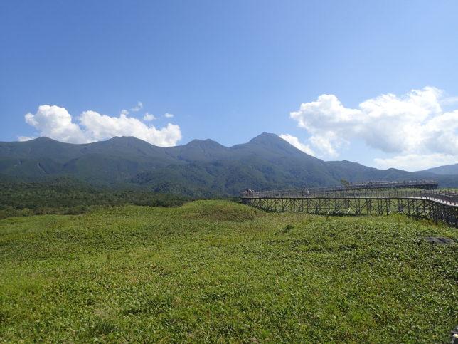 知床五湖(高架木道から見た山並み)