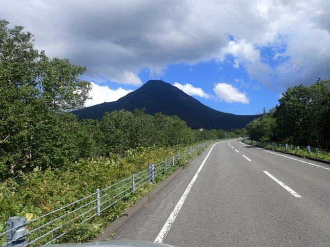 知床峠に向かう途中で現れた羅臼岳