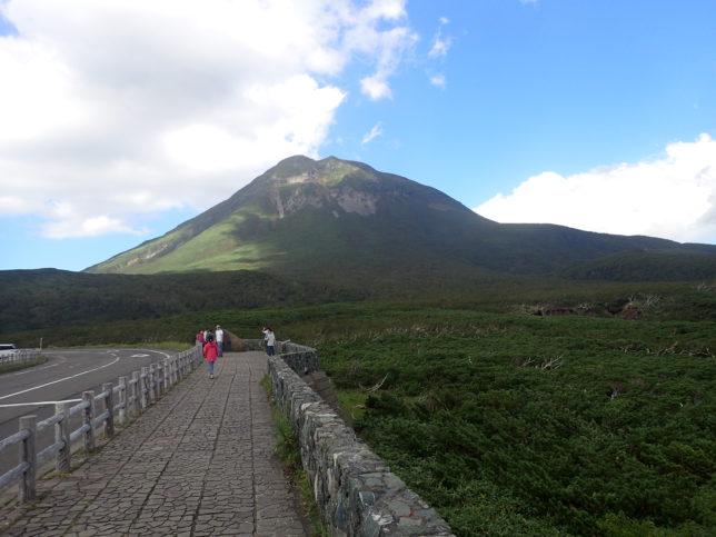 知床峠展望台から望む羅臼岳