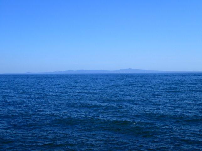 羅臼港から望む国後島