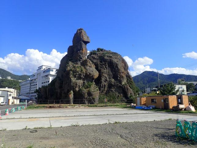 ウトロの街のゴジラ岩