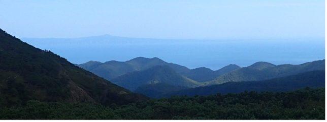 知床峠から山並みの向こうに見える国後島