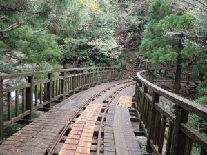 大株歩道先の橋から見た登山道入り口(梯子段)
