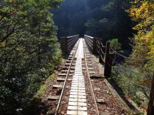 橋を渡るトロッコ道