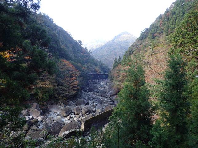 荒川登山口から見た景色(中央の橋はトロッコ道)