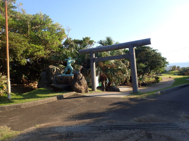 門倉岬入口 御崎神社の一の鳥居と鉄砲を構える人