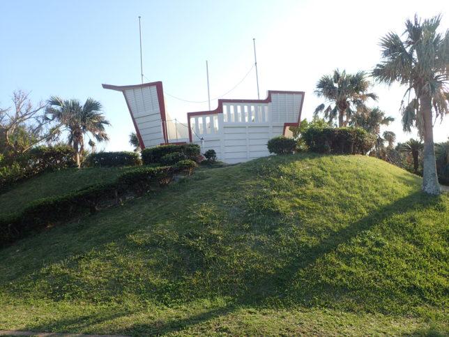 門倉岬にある船形の展望所