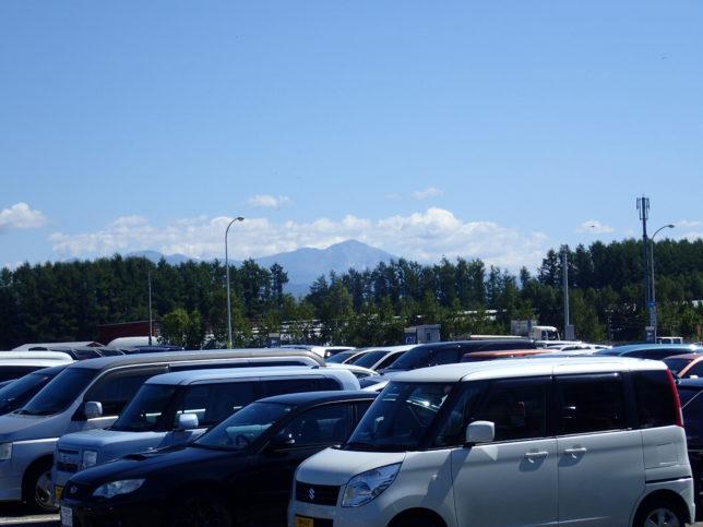 旭川空港駐車場から旭岳を臨む