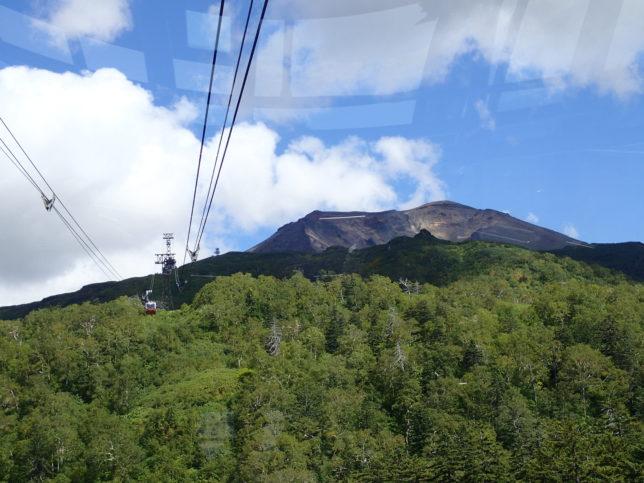 ロープウエイから山頂を臨む