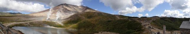旭岳のパノラマ(右側が登山道)