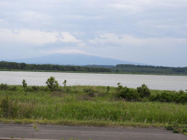 湯沸湖の先に斜里岳