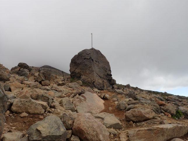 六合目辺りの金庫岩のような岩
