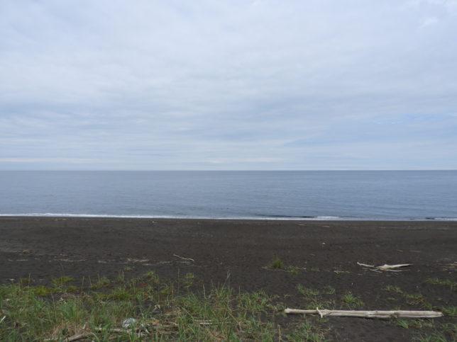 あずまやの先に広がるオホーツク海