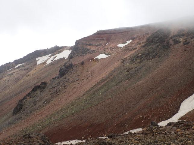 登山道から見た山肌