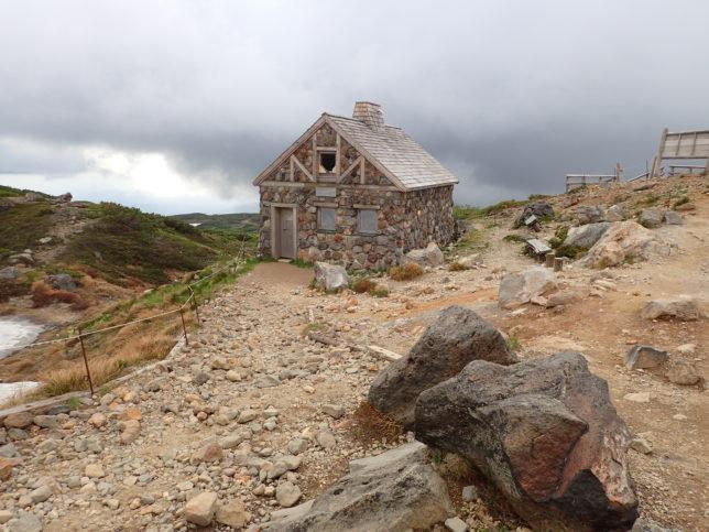登山口下の石室