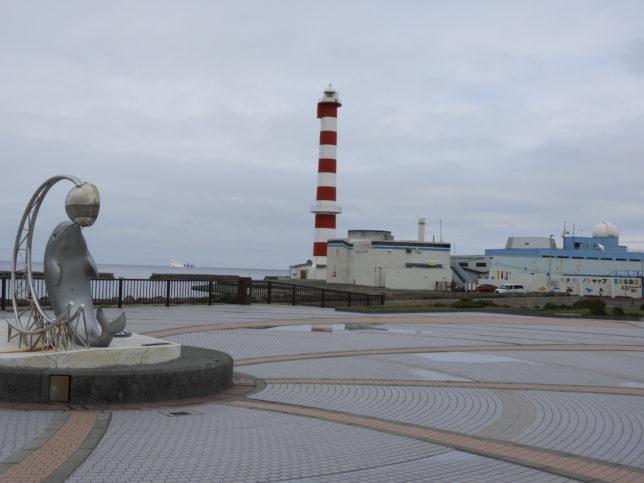 ノシャップ岬から稚内灯台とノシャップ寒流水族館