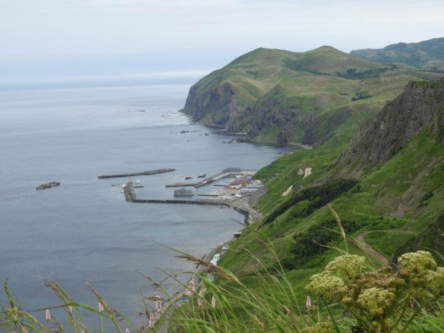 登山道から元地港を望む、地蔵岩も見える