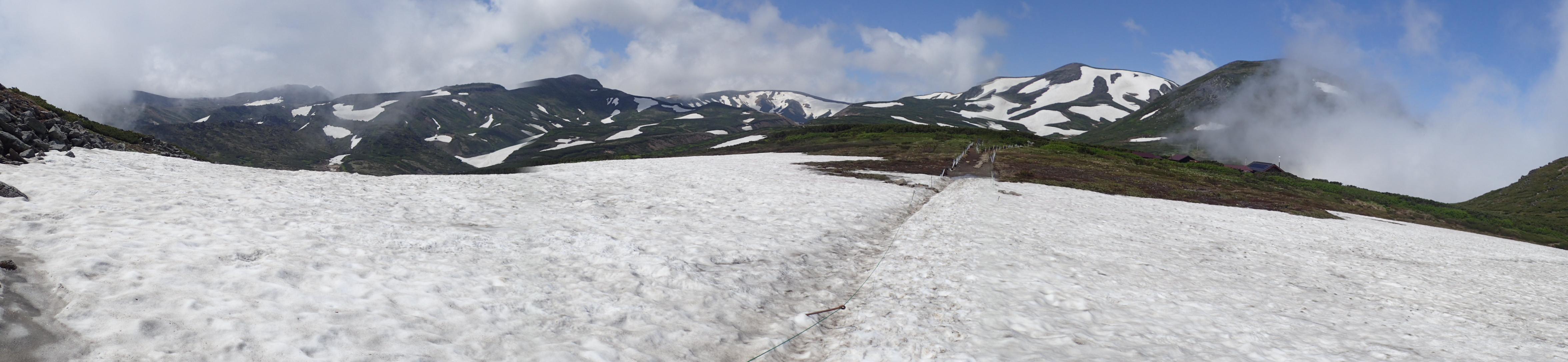 黒岳山頂から石室間の残雪と山並み