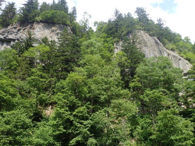 そびえる岩山