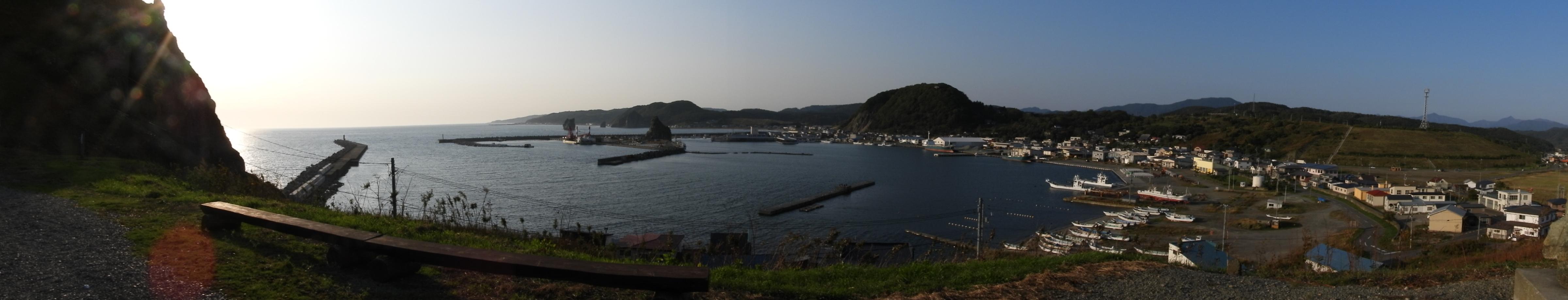 エンルム岬から様似漁港方面