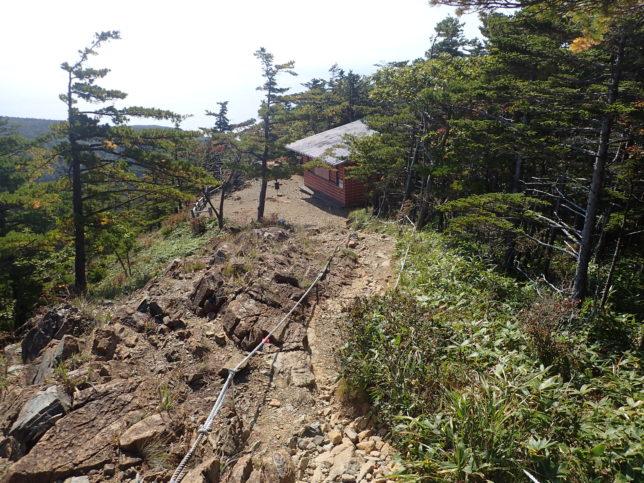アポイ岳5合目山小屋を見下ろす