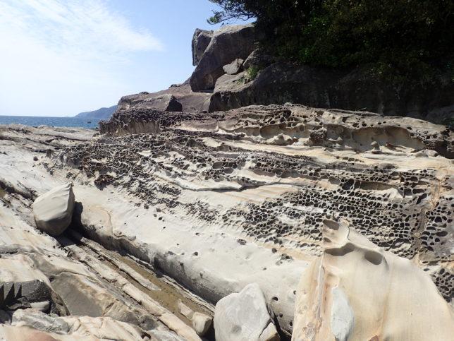 波の浸食による無数の穴