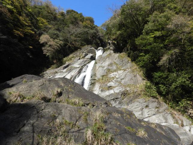 滝を下から見上げる