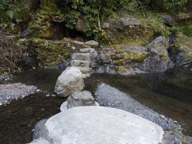 三段目の滝の下の川中にある飛び石