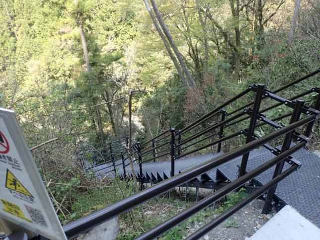 にこ淵に降りる階段