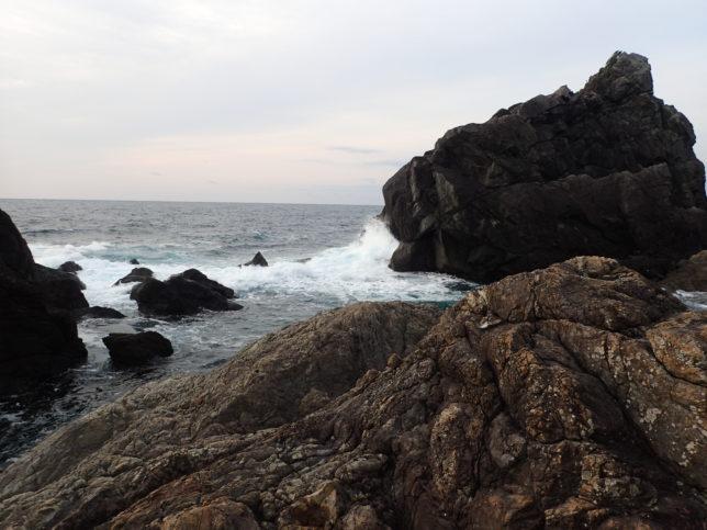 ビシャゴ岩周辺の波打ち際