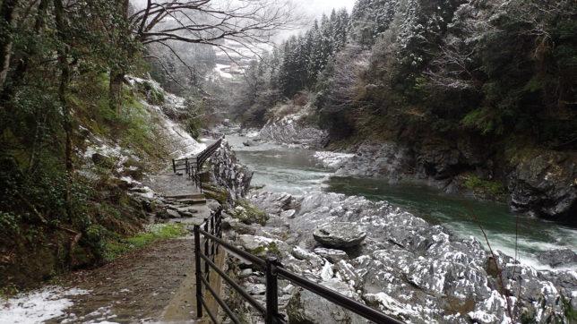 かずら橋への祖谷川沿い遊歩道